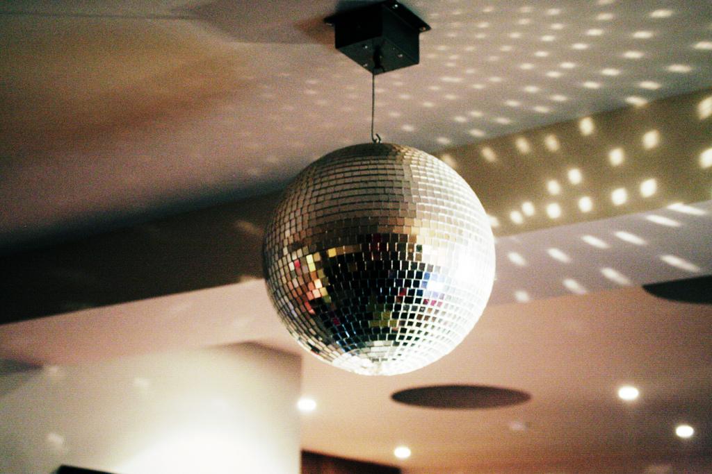 http://media1.alevaomsorg.se/2014/09/disco-ball.jpg